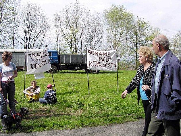 Těm, kteří kráčeli na oslavy 1. máje na Skalkách před čtyřmi lety, přítomnost odpůrců příliš radosti nedělala.