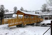 Prosinec - dřevěný most, který jako by vypadl z nějakého historického filmu, stojí již několik dní v Žilině, místní části Nového Jičína.