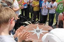V Hladkých Životicích nechalo vedení obce před školou vystavět parkoviště a na zahradě přibyl i žulový kompas.