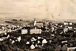 Historická fotografie Bílovce s dominantami zámkem a kostelem.