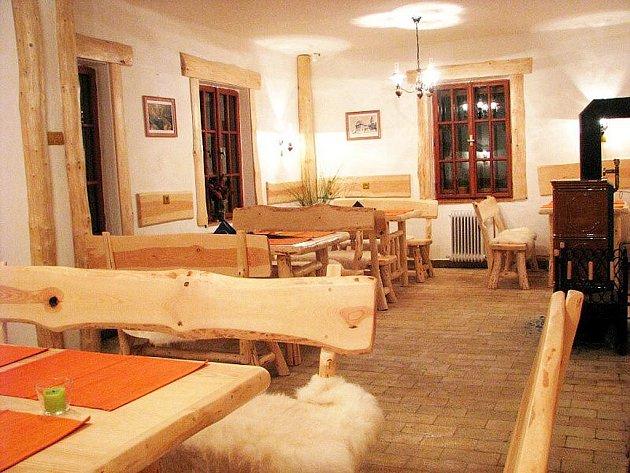 Interiér turistické chaty pod Trúbou se nese ve valašském duchu.