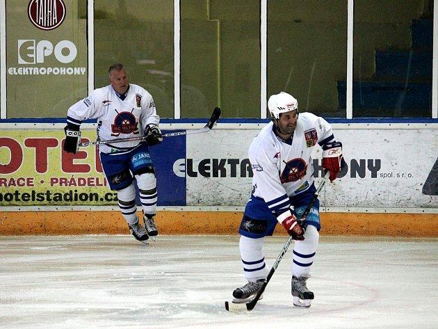 Diváci mohli na kopřivnickém zimním stadionu shlédnout povedenou exhibici. Na snímku dvě největší hvězdy Olympu Praha – Jiří Hrdina (vlevo) a Martin Dejdar.