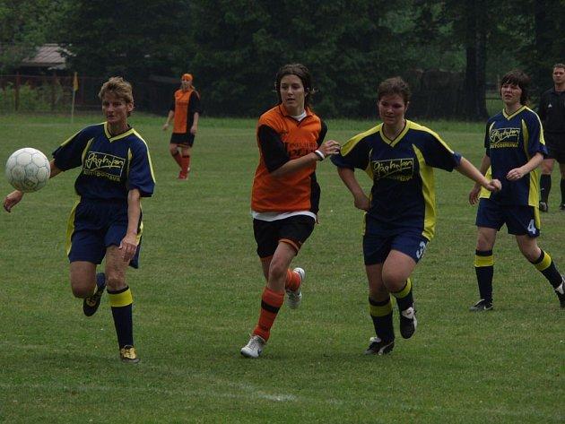 Fotbalistky Spartaku Lubina (uprostřed) zvítězily v posledním kole Moravskoslezské fotbalové ligy žen nad Stachovicemi 3:1.