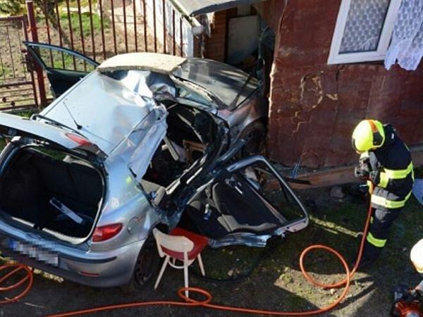 Dvě jednotky hasičů zasahovaly v úterý krátce po poledni v Sedlnici u nehody osobního automobilu Alfa Romeo 147, který narazil do zdi rodinného domku.