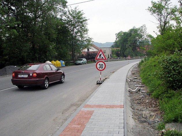 Nejen špatný stav silnic, ale také nekvalitní, nebo dokonce chybějící chodníky, zaměstnávají pracovníky městských úřadů na Novojičínsku. Většina radnic hodlá letos do chodníků investovat.