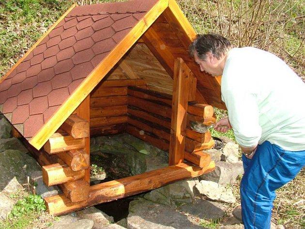 Luděk Kostelník si vypomohl při čistění dna studánky zednickou lžící.