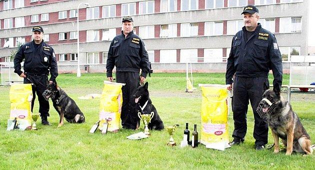 Psovod Bronislav Valenta s fenou Arana (uprostřed) zvítězili v krajském přeboru služebních psů, který se uskutečnil ve Frýdku-Místku.