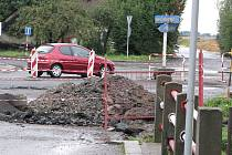 Již asi týden je křižovatka při samotném vjezdu do Studénky od Příbora rozkopaná. Za pár měsíců by se měla proměnit na rondel.