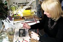 Jako zlatnice se Ivana Janyšková živí asi patnáct let. Zatímco v počátcích jejího podnikání vyráběla, dnes spíše opravuje.