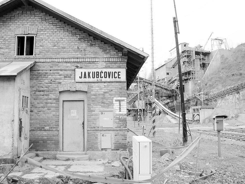 Stará zastávka v areálu kamenolomu v Jakubčovicích nad Odrou už je minulostí.