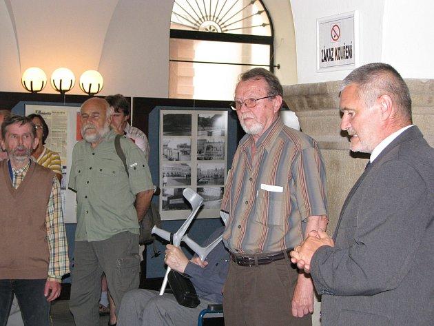 Výstava byla zahájena. Josef Filipík uprostřed.