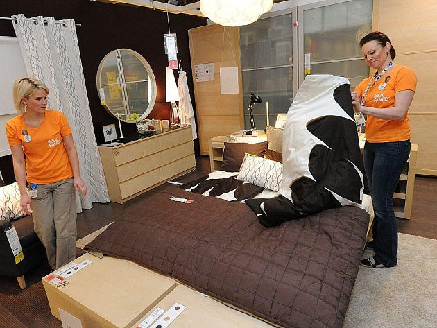 Pracovnice obchodního domu připravují jednu z postelí, která v pátek 19. března v noci bude mít nájemníky.