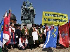 Právě před rokem zazdili odpůrci těžby na Dole Frenštát do základů kaple Cyrila a Metoděje na Radhošti dekret o uzamčení země valašské.