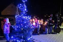 Vlastní vánoční strom si zasadili v centru Albrechtiček. Slavnostně jej letos poprvé rozsvítili v sobotu 1. prosince.