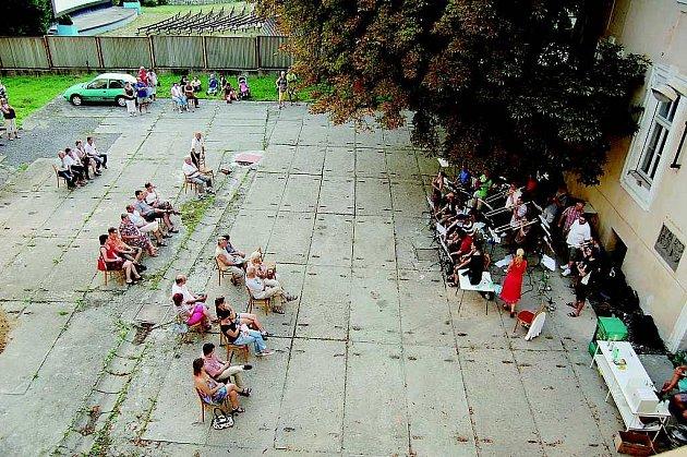 NÁDVOŘÍ zámku začalo nedávno sloužit kulturním akcím.