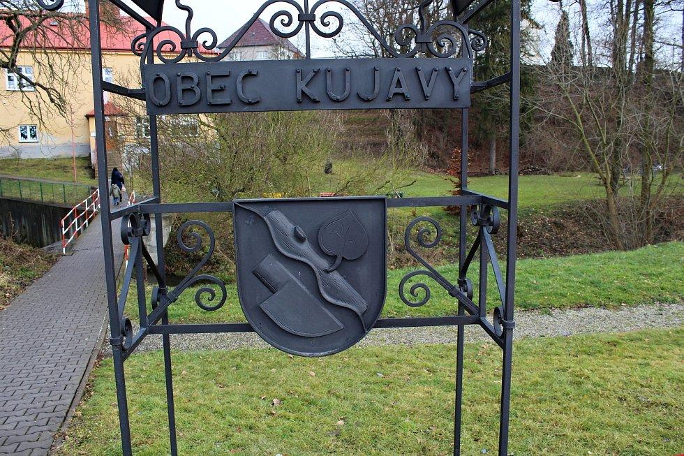 Kujavy byly kdysi čistě německá obec. Po válce zůstaly vylidněné. Dnes tam je možno najít některá pěkná místa.
