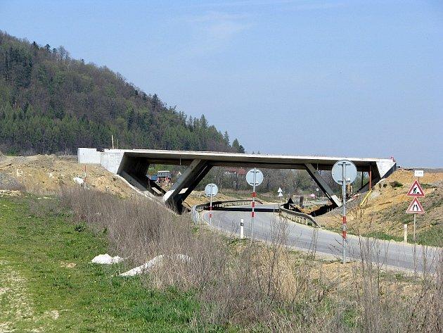 Stavba mostu dálnice D47 ve Vražném, po níž se pohyboval německý ovčák, jenž na místě brutálním způsobem skonal.