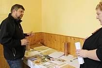V obci  Vrchy uložili do kostelní báně listiny, které tam byly během oprav nalezeny, a přidali k nim také poselství ze současnosti.