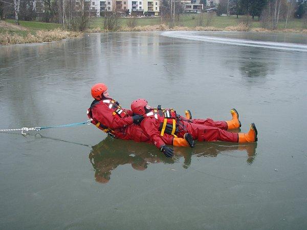 Zimní výcvik profesionálních hasičů zBílovce.