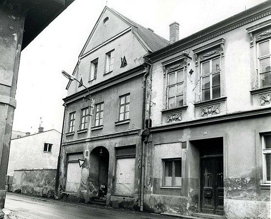 Rodný dům Záviše Kalandry. Vlevo č. p. 235vRožnovské ulici ve Frenštátě pod Radhoštěm vroce 1969.
