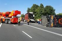 Dnes dopoledne  se na silnici číslo R48 mezi Starým a Novým Jičínem stala dopravní nehoda. Ke kolizi kamionu byli přivoláni hasiči.