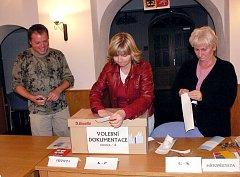 Mezi desti až dvaceti procenty se vpátek pohybovala volební účast na Novojičínsku. Například ve Fulneku přišlo do volební místnosti v městském kulturním centru 83 voličů ze 490.