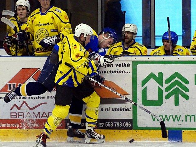 Hokejisté Studénky odvrátili na ledě Krnova (ve světlejším) konec sezony a po vítězství 9:2 se o osudu čtvrtfinálové série rozhodne ve středu ve Studénce.