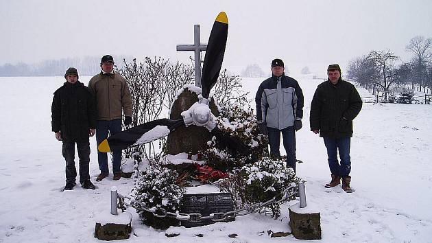 Další pomyslné mety dosáhli členové sekce vojenské historie při Muzeu městyse Suchdol nad Odrou. Podařilo se jim totiž dopátrat a nakonec i získat do sbírek suchdolského muzea torzo motoru bombardéru B-24J Liberator přezdívaného Flying Finger.