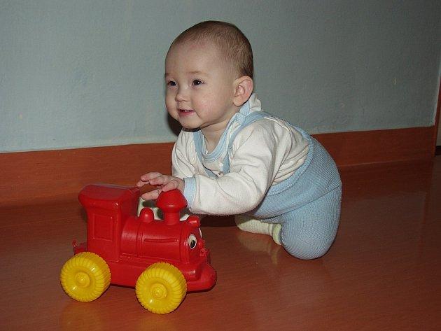 Ačkoli má Ondřej David teprve devět měsíců, i on si vybral něco z hraček, které pod stromeček v novojičínské nemocnici nadělili zaměstnanci frenštátské firmy Siemens Automobilové Systémy.