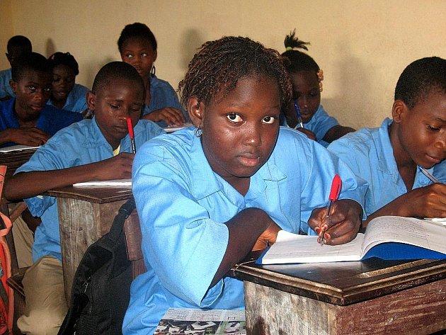 První zářijový den vnímá většina dětí u nás jako začátek školy. Rosaline Bongongo z africké Guineje ale může do školy jen díky školákům z Frenštátu pod Radhoštěm.