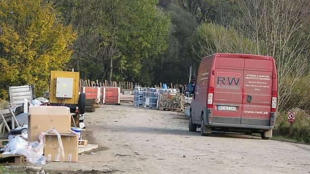 Odrou a Kunínem tak brzo neskončí.Komplikace na silnici mezi Suchdolem nad Suchdolu prodloužila termín otevření mostuSpolečnost provádějící opravy mostu v o další měsíc.