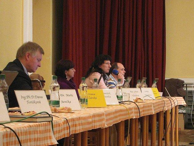 Zastupitelka Jana Svobodová (s mikrofonem) se po roce a půl hledání stala novou předsedkyní kontrolního výboru v Příboře.