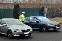 Na dodržování bezpečnosti a plynulosti provozu na dálnicích dohlížejí policejní vozidla Škoda Superb. Ilustrační foto: Policie ČR