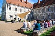 V neděli odpoledne se za ideálního počasí konal v piaristické zahradě koncert Marty Töpferové s Milokrajem.