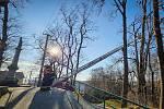 Řezání stromu, Kujavy, Novojičínsko. Zásahy hasičů, vítr, Moravskoslezský kraj, prosinec 2020.