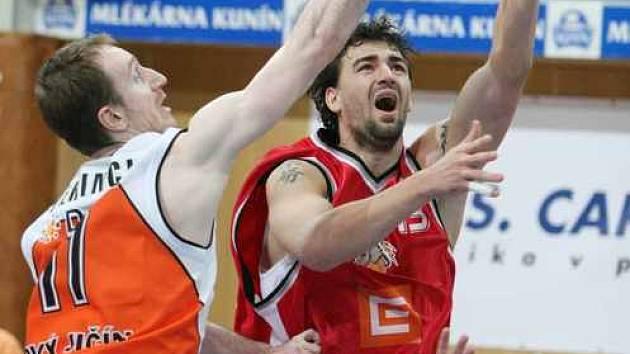 Nejlepší střelec včerejšího utkání, Slovák Rančík, se probíjí mezi nejlepším hráčem utkání Perincicem (vlevo) a Hájkem.