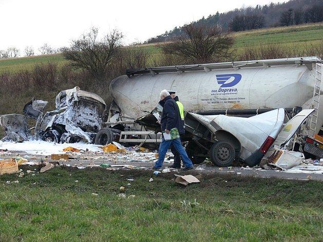 K tragické nehodě došlo dnes kolem desáté hodiny dopolední nedaleko Starého Jičína. Z dosud neznámých příčin řidič dodávky, jedoucí ze směru od Olomouce, vjel do protisměru, kde se střetl s protijedoucí cisternou.