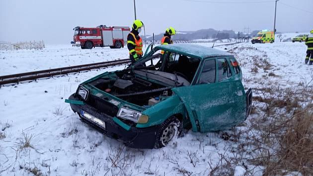 Střet vlaku s felicií odnesl zraněním senior ze škodovky.