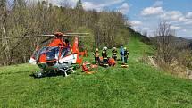 Ke zraněné byl lékař vysazen z vrtulníku pomocí navijáku, ten poté provedl ve spolupráci se záchranáři pozemní posádky vyšetření a ošetření dolní končetiny pacientky v rámci přednemocniční neodkladné péče.