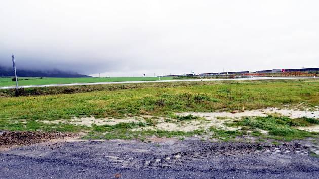 Na tomto místě stál zhruba pět měsíců automobil Renault Laguna, který se postupně proměnil v nepojízdný vrak.
