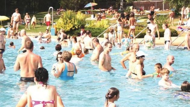 Pro Aquapark ve Frenštátě pod Radhoštěm byl uplynulý víkend zatím nejsilnější, oba dva dny si tam přišlo užít vodní radovánky kolem dvou tisíc návštěvníků.