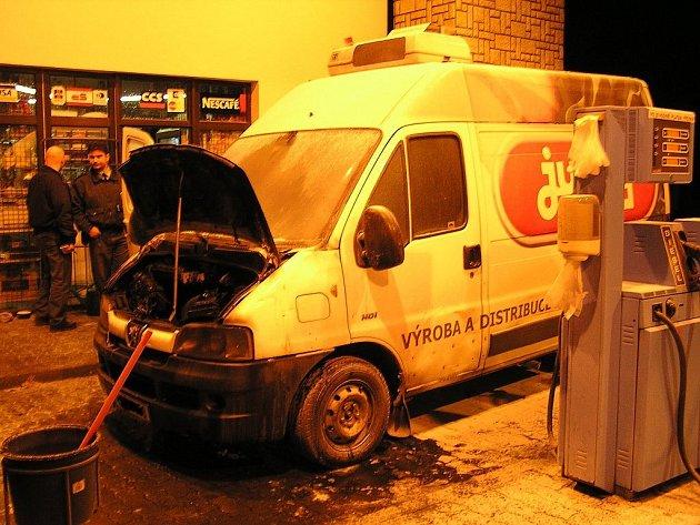 Přímo na benzinové stanici ve Štramberku začalo během čerpání pohonných hmot hořet v motorovém prostoru dodávkového vozu.