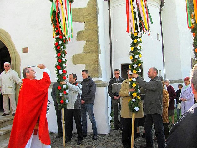 Svěcení palem se chopil farář Jindřich Švorčík, který posvětil také jívové ratolesti, jež si věřící přinesli s sebou.