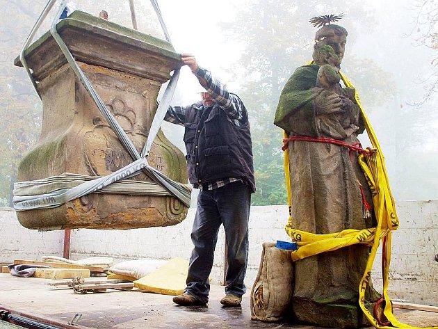 Socha světce se stěhuje z Nového Jičína do Ostravy.