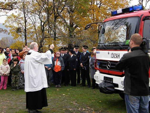 Trojanovičtí dobrovolní hasiči vzali přijetí nového hasičského vozidla jako významnou událost v historii sboru.