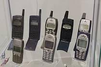 Ilustrační snímek. Mobilní telefony.