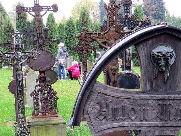 Stovky lidí i na Novojičínsku zamířily o tomto víkendu na hřbitovy. Důvodem byl svátek Památka zesnulých neboli Dušičky.