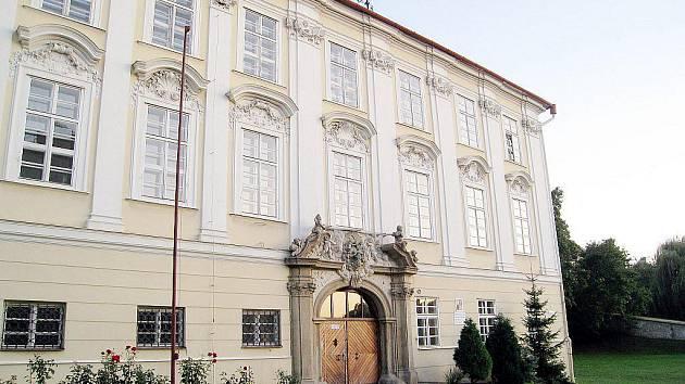 Knurrův palác nebo také Knurrův dům je dominantou fulneckého náměstí.