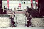 Vchod do gymnázialní budovy v době II. světové války.