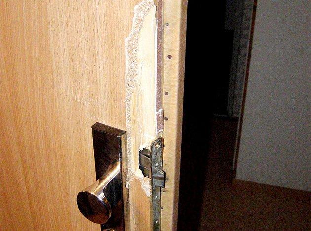 Vykopnuté dveře musí teď muž své bývalé přítelkyni zaplatit.